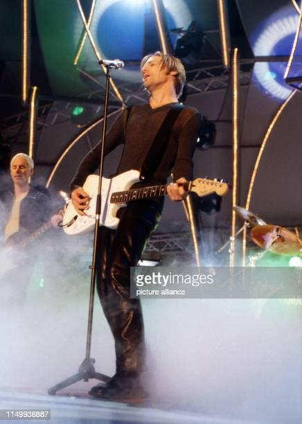 Bryan Adams kanadischer Rocksänger Komponist und Gitarrist beim Konzert zu 40 Jahre Bravo Magazin in München Deutschland 1996 Bryan Adams Canadian...