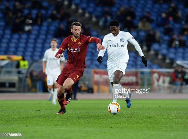 Bryan Cristante of AS Roma and Jonathan David of KAA Gent compete for the ball during the UEFA Europa League round of 32 first leg match between AS...