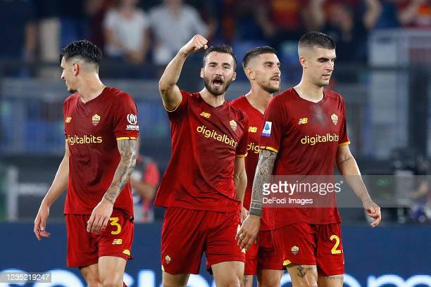 Bryan Cristante of AS Roma celebrates after scoring his team's first goal with team mates during the Serie A match between AS Roma and US Sassuolo at...