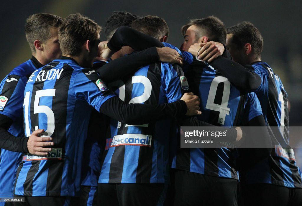 Bryan Cristante #4 of Atalanta BC celebrates with his team-mates after scoring the opening goal during the Serie A match between Atalanta BC and Benevento Calcio at Stadio Atleti Azzurri d'Italia on November 27, 2017 in Bergamo, Italy.
