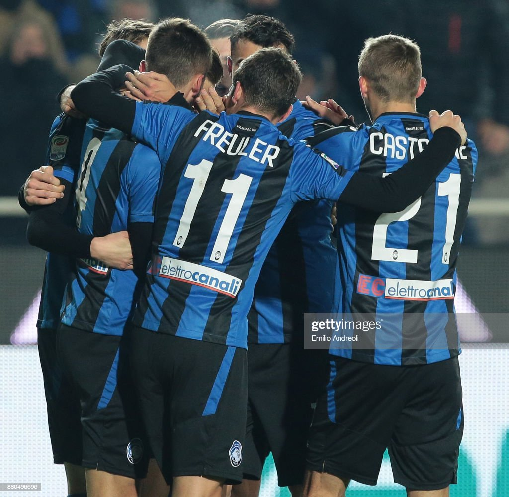Bryan Cristante of Atalanta BC celebrates with his team-mates after scoring the opening goal during the Serie A match between Atalanta BC and Benevento Calcio at Stadio Atleti Azzurri d'Italia on November 27, 2017 in Bergamo, Italy.