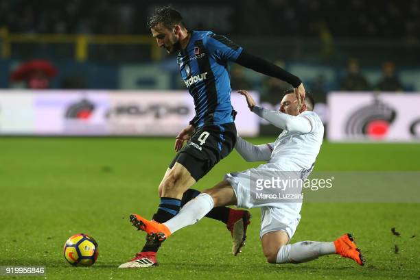 Bryan Cristante of Atalanta BC competes for the ball with Jordan Veretout of ACF Fiorentina during the serie A match between Atalanta BC and ACF...
