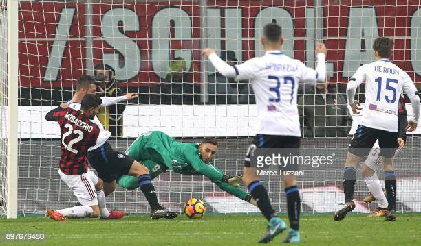 Bryan Cristante of Atalanta BC scores the opening goal during the serie A match between AC Milan and Atalanta BC at Stadio Giuseppe Meazza on...
