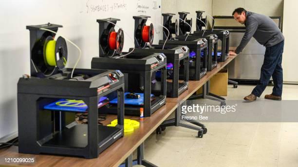 Bryan Sheldon profesor de matemáticaS de CTEC vigila las impresoras 3D mientras producen cintas de plástico para la cabeza para lo que serán...