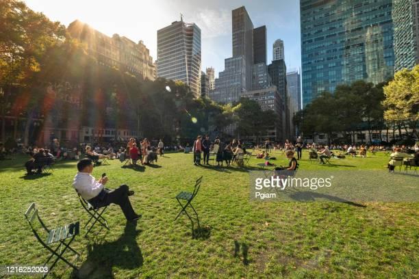 マンハッタン・ニューヨーク・シティー usaのミッドタウンにあるブライアント・パーク - ブライアント公園 ストックフォトと画像