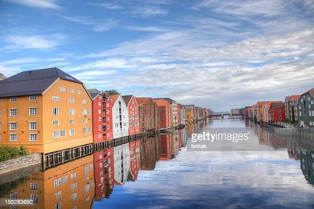 bryggen en trondheim, noruega. edificios junto al agua. hdr. - trondheim fotografías e imágenes de stock