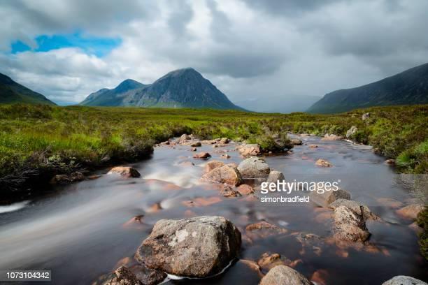 グレンコー、スコットランドで buachaille etive mor - heather brooke ストックフォトと画像