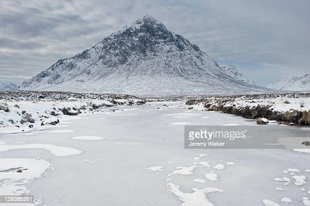buachaille etive mor in winter, glen etive, scotland. - glen etive mor stock pictures, royalty-free photos & images