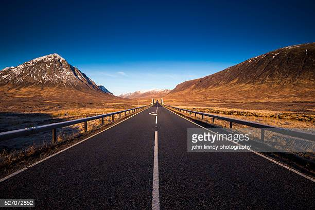 buachaille etive mor skyfall. scottish highlands uk, europe. - vanishing point stock pictures, royalty-free photos & images