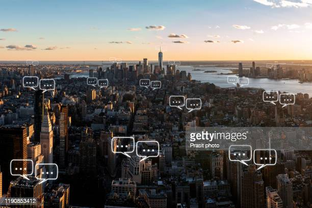 bubble chat for communication for text on manhattan skyline in new york city and sky background with bubble chat ,business analysis and strategy as concept - mensajería instantánea fotografías e imágenes de stock