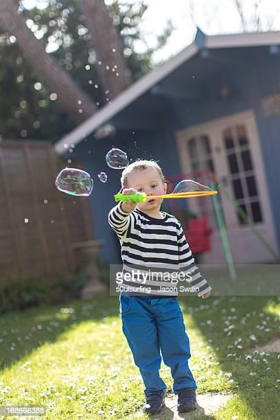 bubble fun in the garden - s0ulsurfing stockfoto's en -beelden