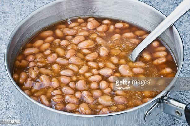 泡の豆 - とろ火で煮た ストックフォトと画像