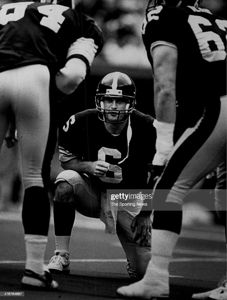 Bubby Brister #6 of the Pittsburgh Steelers circa 1989 in Pittsburgh, Pennsylvania. Brister played for the Steelers from 1986-92.
