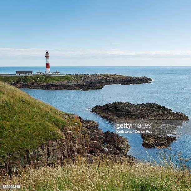 buchan ness lighthouse on moray firth coast - モーレイ湾 ストックフォトと画像