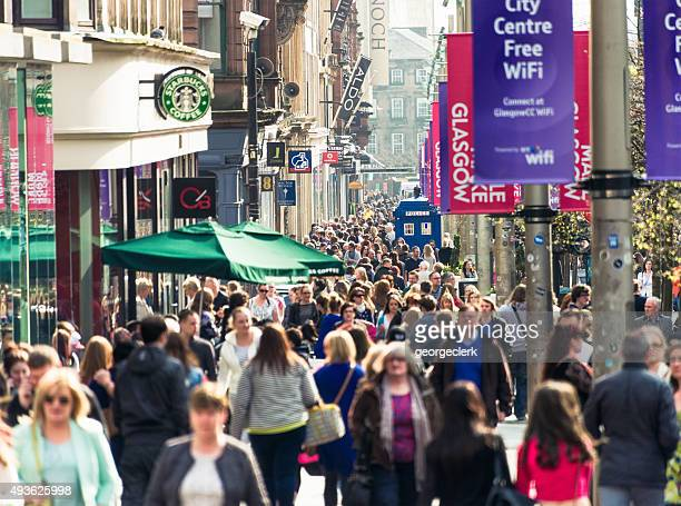 buchanan street in glasgow busy with shoppers - stadsstraat stockfoto's en -beelden