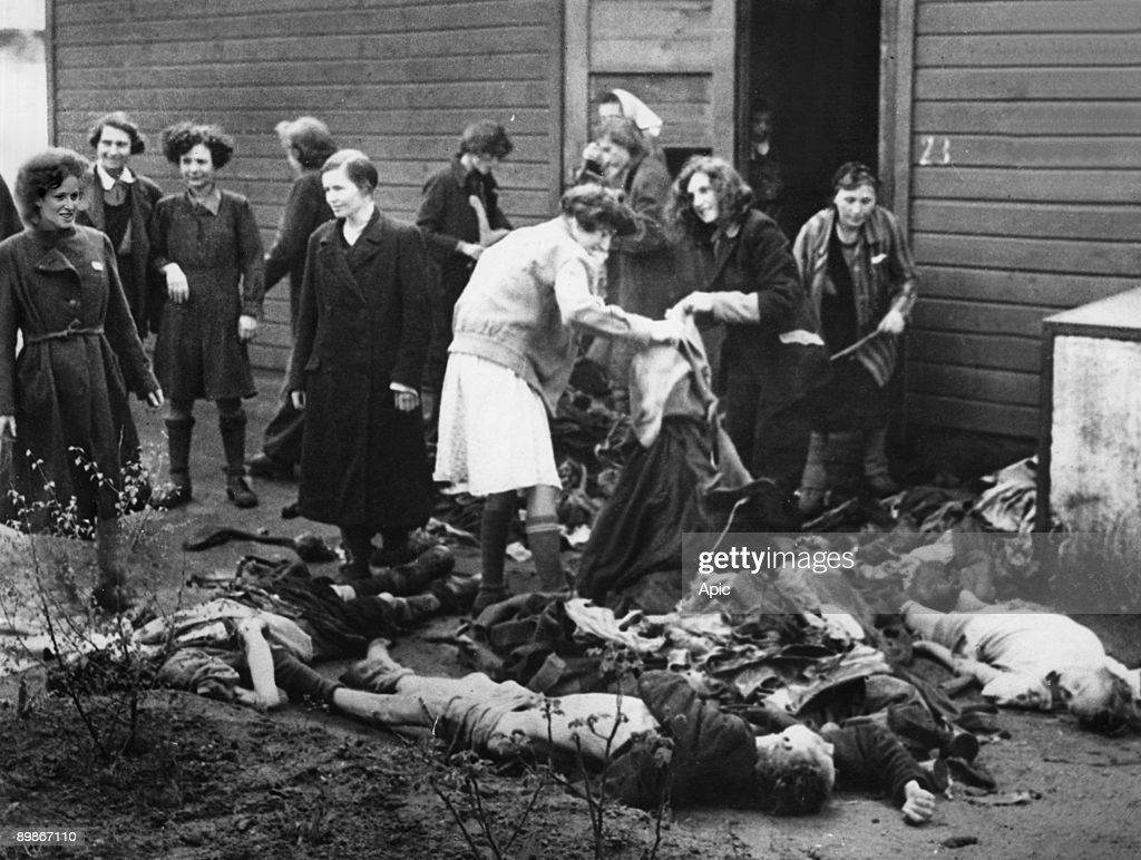 Buchenwald concentration camp (Germany) during 2nd world war : women salvaging clothes on corpses : Photo d'actualité