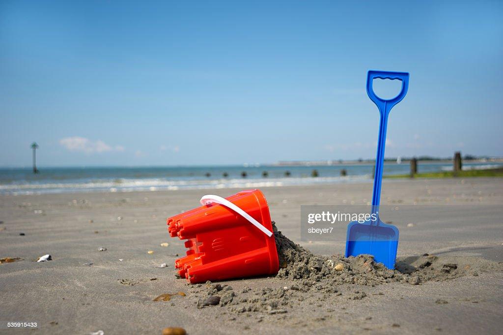 Cubo y pala en la playa : Foto de stock