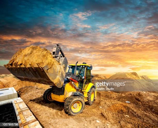carregador de balde no local de construção - excavator - fotografias e filmes do acervo