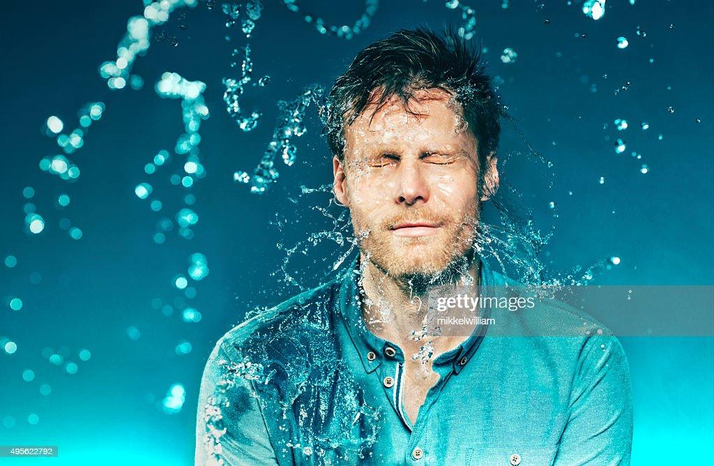 Cubo marca de agua de un hombre en la cabeza : Foto de stock