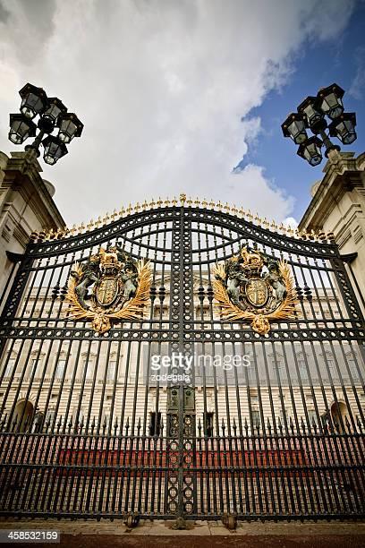 buckingham entrance palace gate, london - buckingham palace crest stock pictures, royalty-free photos & images