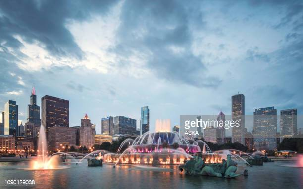 buckingham fountain and chicago downtown skyline - chicago river stock pictures, royalty-free photos & images