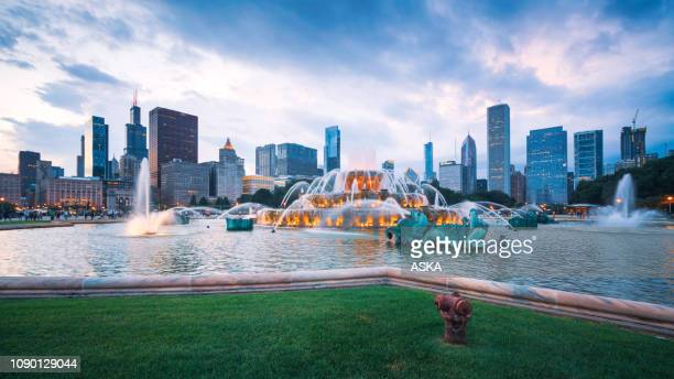 buckingham fountain and chicago downtown skyline - chicago illinois stock pictures, royalty-free photos & images
