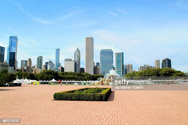 buckingham fountain with urban skyline in background - chicago illinois stock pictures, royalty-free photos & images