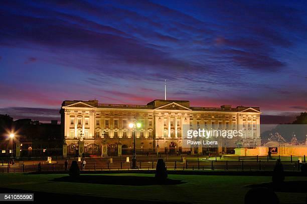 buckingham palace at dusk - buckingham palace stock pictures, royalty-free photos & images