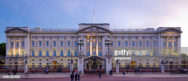 buckingham palace at night in london, england - buckingham palace stock pictures, royalty-free photos & images