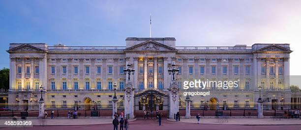 Buckingham Palace in der Nacht in London, England