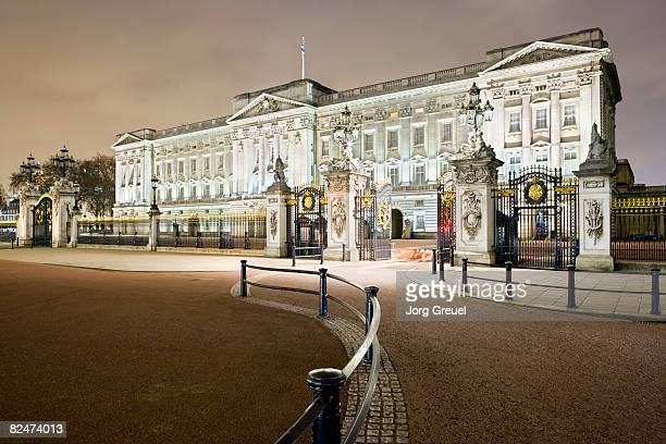 buckingham palace at night - buckingham palace stock pictures, royalty-free photos & images