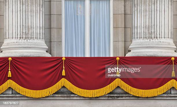 buckingham palace balcony - koningschap stockfoto's en -beelden