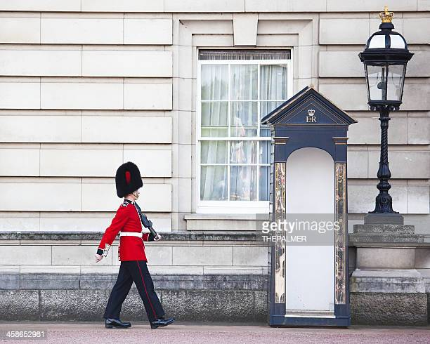 buckingham palace grenadier guard - honor guard stock pictures, royalty-free photos & images