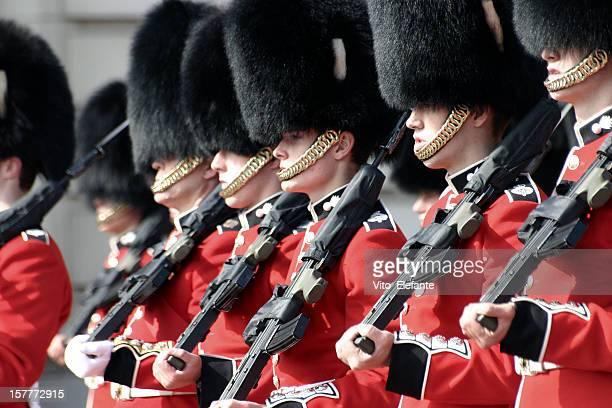 buckingham palace guard, london, uk - honor guard stock pictures, royalty-free photos & images