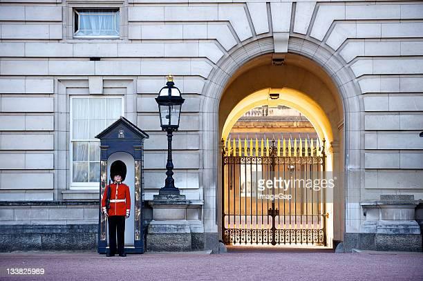 buckingham palace guard - buckingham palace stock pictures, royalty-free photos & images