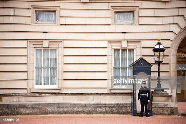 buckingham palace honor guard london - buckingham palace crest stock pictures, royalty-free photos & images