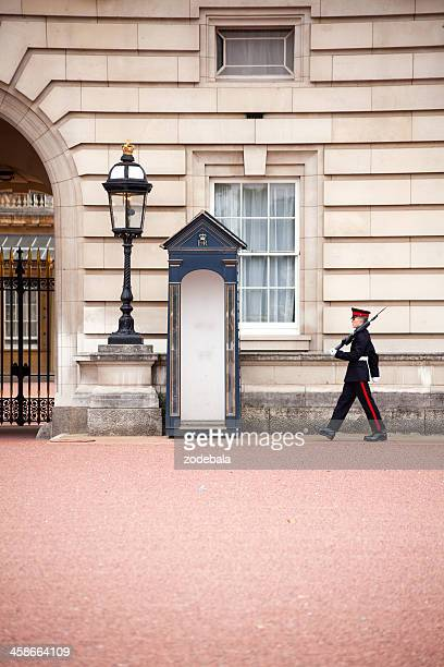 buckingham palace honor guard - buckingham palace crest stock pictures, royalty-free photos & images