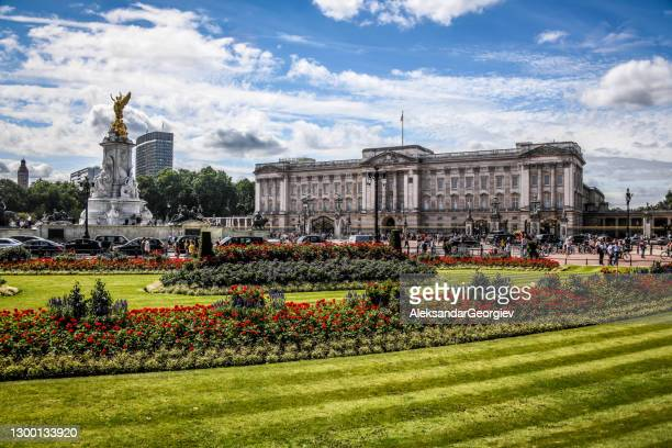 buckingham palace park and victoria memorial in london, uk - buckingham palace stock pictures, royalty-free photos & images