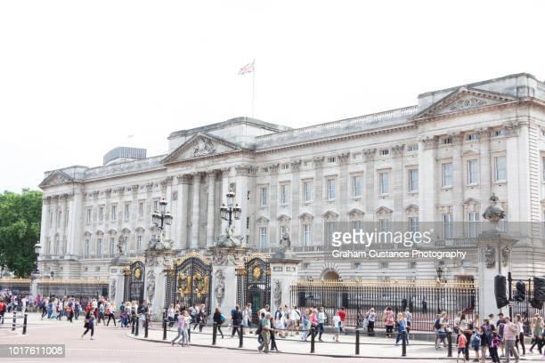 buckingham palace - london und umgebung stock-fotos und bilder