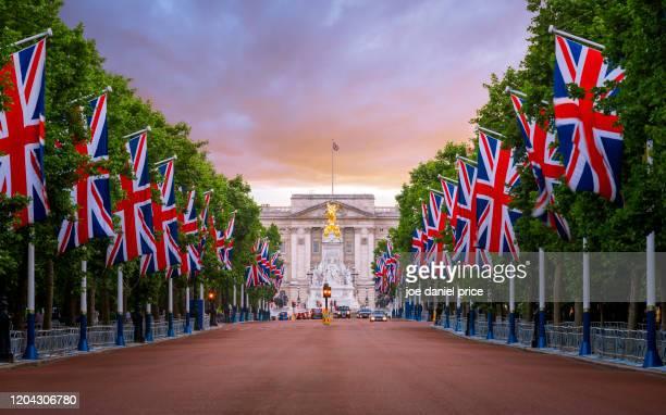 buckingham palace, the mall, union flags, london, england - ロンドン ザ・マル ストックフォトと画像