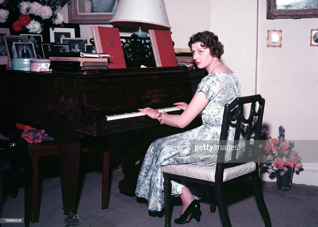 Buckinghamshire, England. 1954. Princess Alexandra is pictured playing the piano at her country home 'Coppins' in Iver. : Nieuwsfoto's