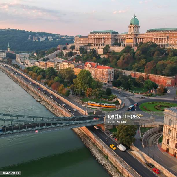 buda castle and the morning budapest traffic along the danube in an early morning - ponte das correntes ponte suspensa - fotografias e filmes do acervo