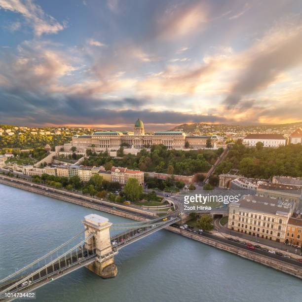 budapest chain bridge and cityscape in sunset - ponte széchenyi lánchíd - fotografias e filmes do acervo