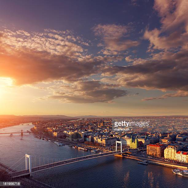 paisagem urbana de budapeste ao pôr-do-sol - ponte széchenyi lánchíd - fotografias e filmes do acervo