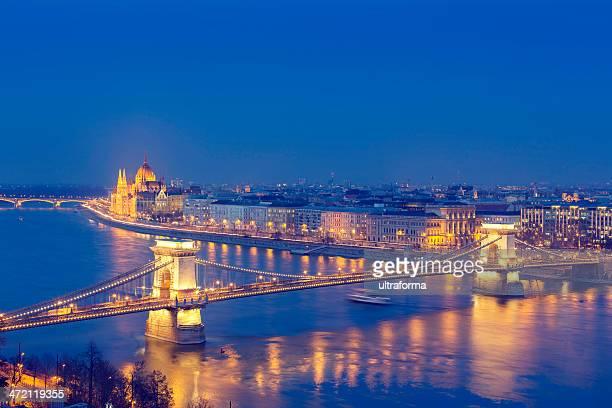 paisagem urbana de budapeste com ponte das correntes e o parlamento - ponte széchenyi lánchíd - fotografias e filmes do acervo