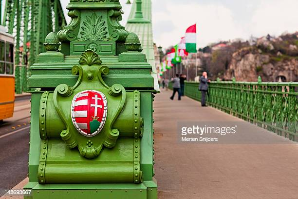 budapest coat of arms on szabadsag bridge. - merten snijders 個照片及圖片檔