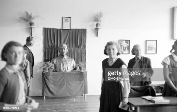 Budapest Hongrie 23 mai 1954 La vie dans la capitale hongroise Dans un hall trois femmes au premier plan un homme au fond Au centre contre un mur une...