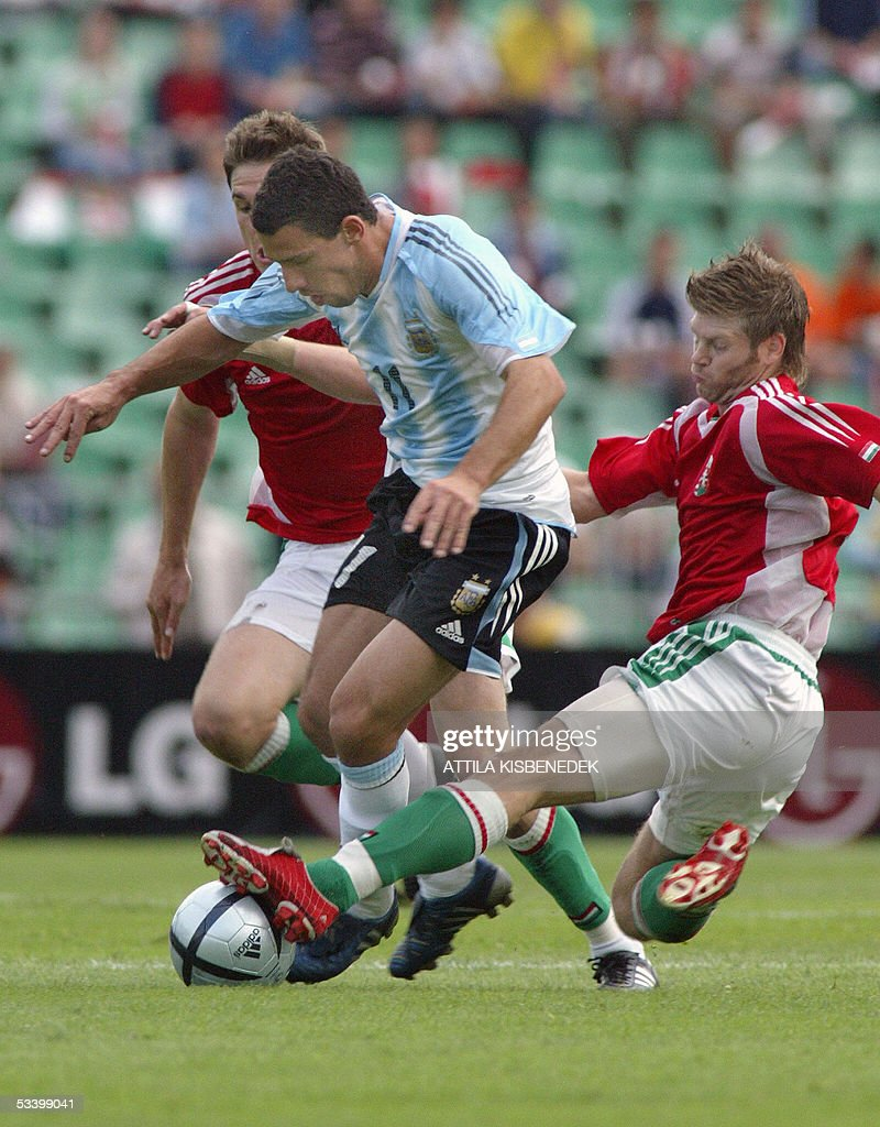 Argentine Maximiliano Rodriguez(C) is sandwiched by Hungarian Zoltan Boor(R) and Zoltan Gera(L) in 'Puskas' stadium in Budapest 17 August 2005 during a friendly match between their national teams.