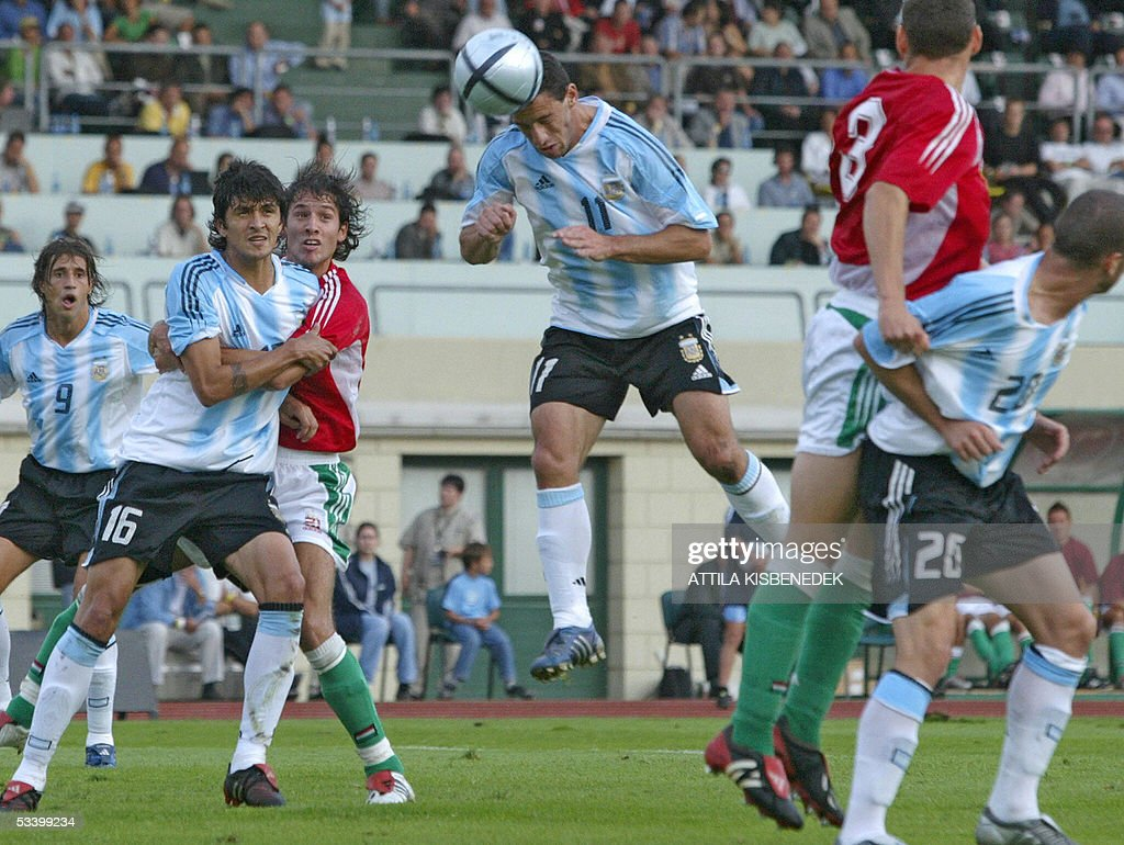Argentine's Maximiliano Rodriguez (C) heads the ball while scoring the first goal for his team as his teammates (LtoR) Hernan Crespo (9), Luis Gonzales (16), Lisandro Lopez and Hungary's Laszlo Eger, Vilmos Vanczak look on at the Puskas stadium in Budapest, 17 August 2005 during the friendly football match Argentine vs Hungary.