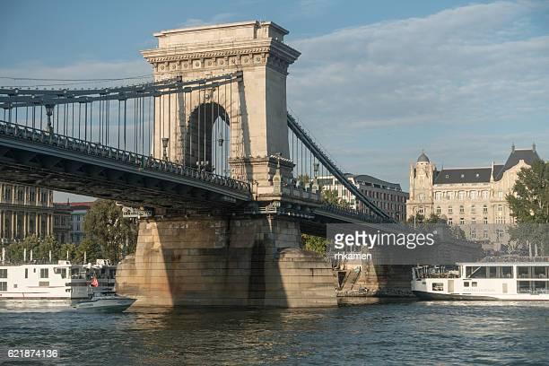 budapest, hungary. chain bridge. - ponte széchenyi lánchíd - fotografias e filmes do acervo